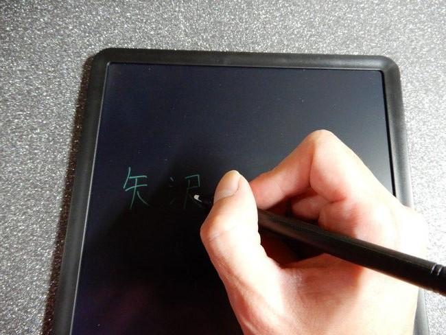 レビューと感想、HOMESTEC電子メモパッドを書いている時の手の位置