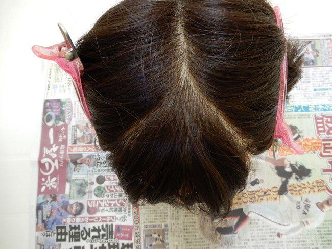 縮毛矯正をかける前髪をピンでとめます
