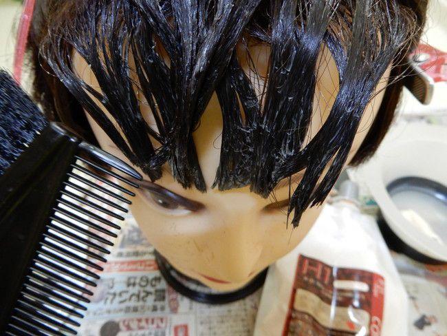 ハケブラシで髪の毛を梳かします