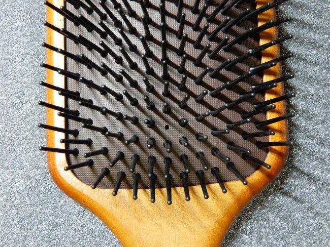 美容師口コミアヴェダのパドルブラシの構造と特徴、1箇所だけ穴があいている