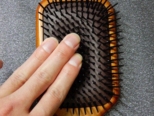 美容師口コミアヴェダのパドルブラシの構造と特徴、指で押すと「しゅぽしゅぽ」いってます