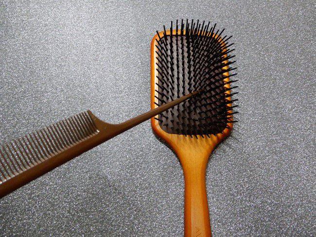 アヴェダ パドルブラシのお手入れ方法、1.ブラシについた毛はコームの先で取ろう