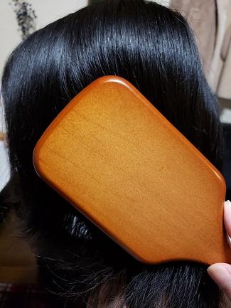 アヴェダのパドルブラシ通常サイズと頭の比較