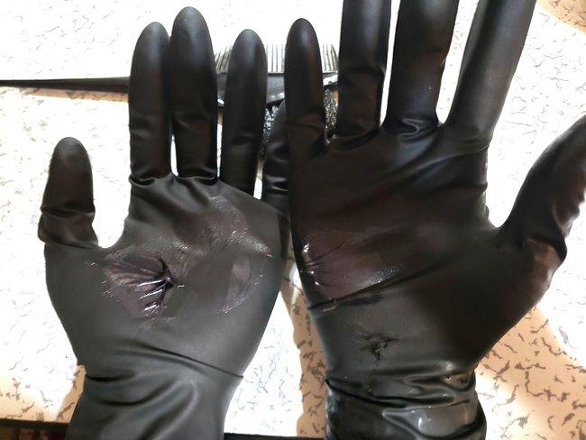 髪全体を染めたい場合は、手袋に薬剤を取って塗る
