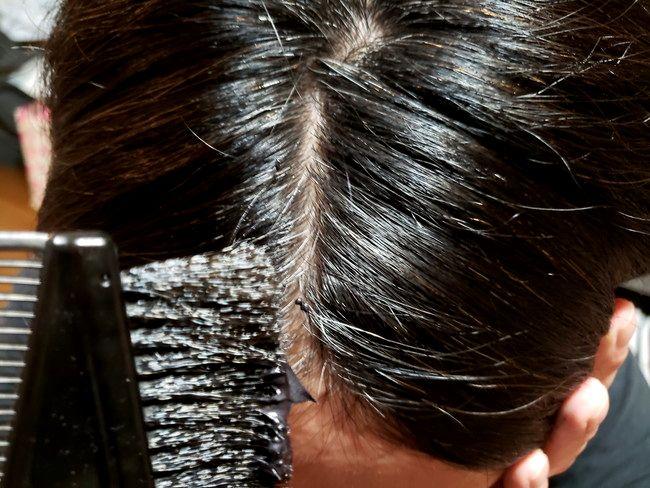 綺和美 Root Vanish 白髪染め ヘアカラートリートメントを地肌から塗っていく