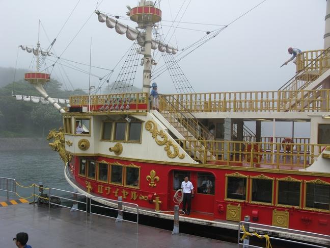 芦ノ湖の海賊船 雨が降って来て、風も強くなって来た。