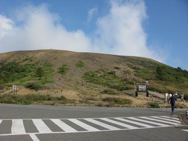 浄土平にて この山が吾妻小富士 標高差200mを登る