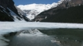 湖面に映っているのは、氷河も見えるビクトリア・マウンテン