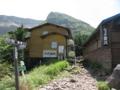 夏沢峠で一休み 向こうは下りて来た硫黄岳