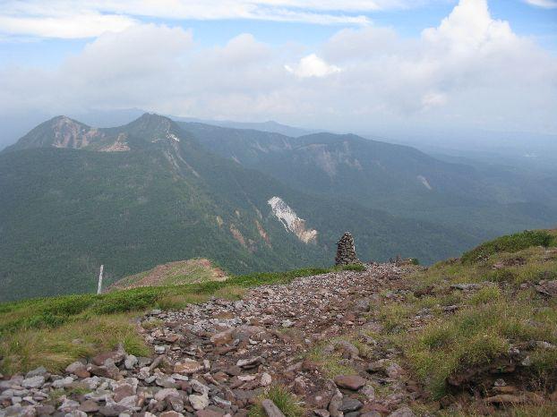 硫黄岳~夏沢峠へ下山を始めた 今度は稜線で日光を浴びる