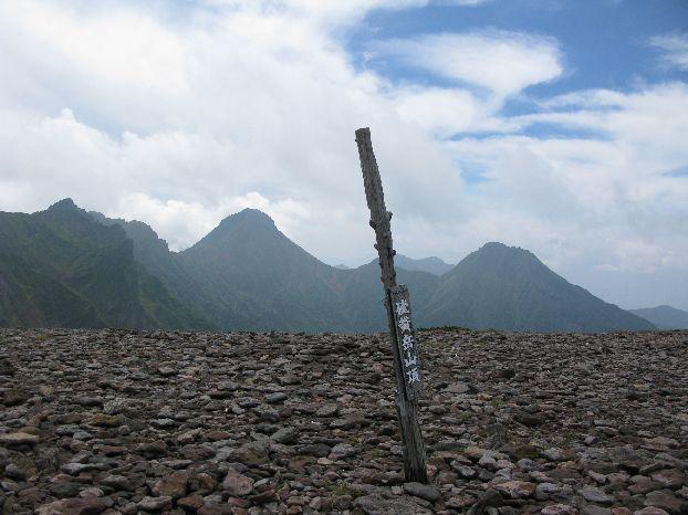 ゆっくり休みながら、オーレン小屋から約2時間で硫黄岳山頂2760m