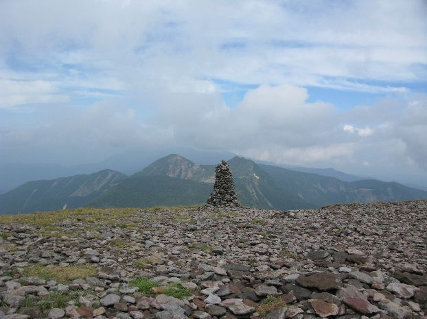 硫黄岳山頂から天狗岳を望む