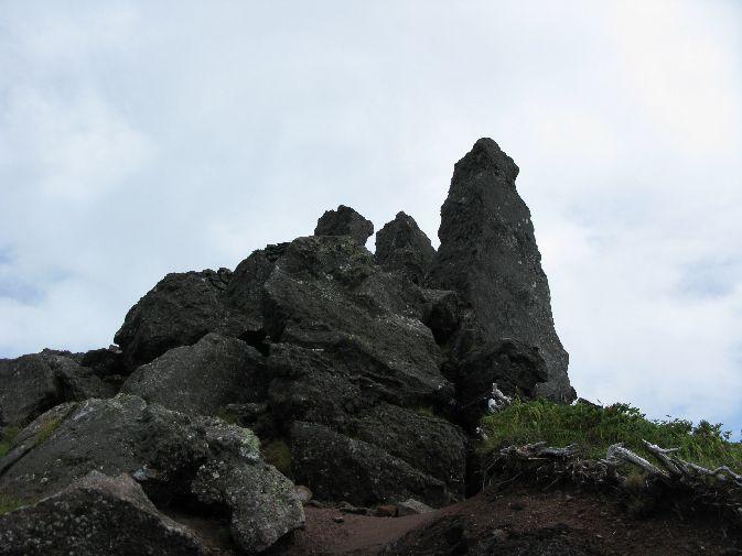 山頂点前の岩場 小さい石が動いて右横は谷底 とても怖かった