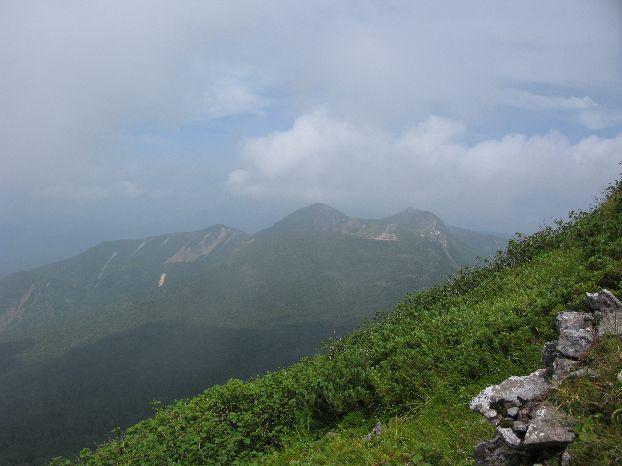 硫黄岳山頂手前 天狗岳も大分近付いて来た。