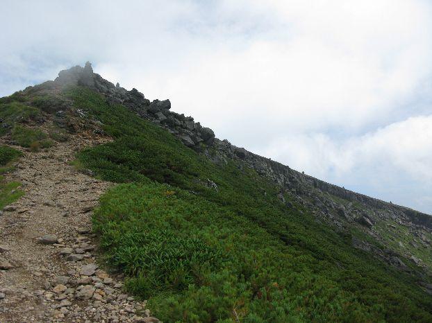 硫黄岳山頂近くの岩場が見えて来た 右は横岳に続く稜線