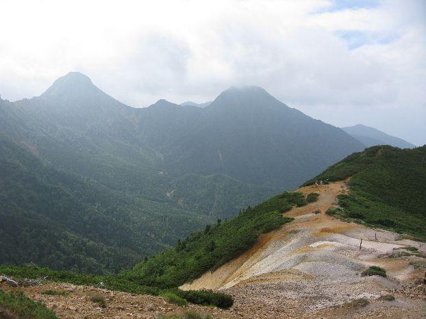 硫黄岳への登り道からみえる赤岩の頭 赤いのがわかる