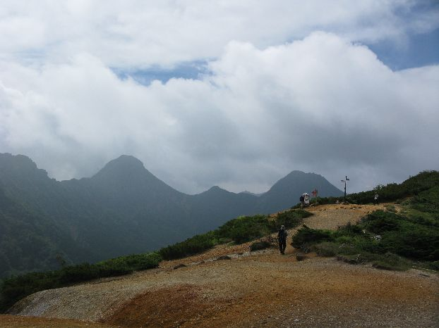 赤岳、中岳、阿弥陀岳 山々がリング状になっていて底が見える