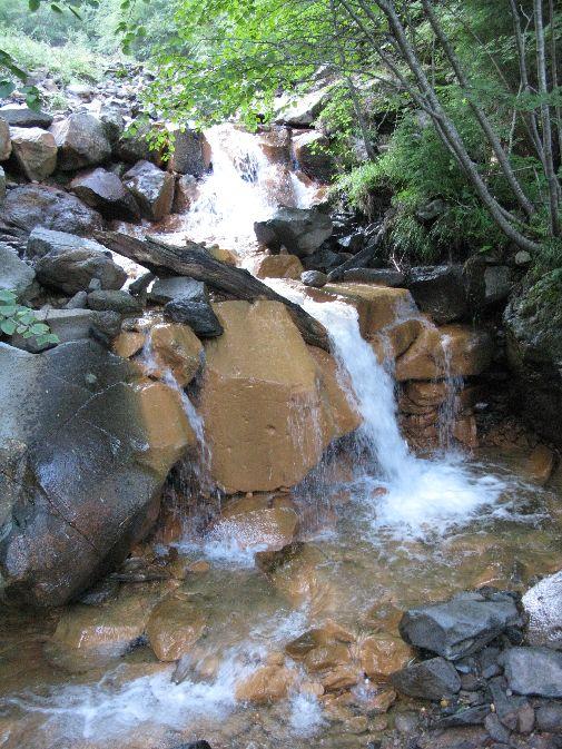 石が黄色く変色している。温泉の硫黄成分のせい?