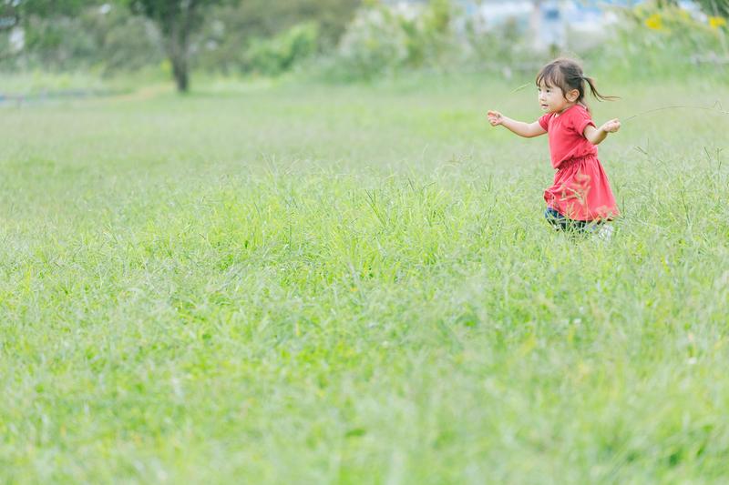 野原を走る子供