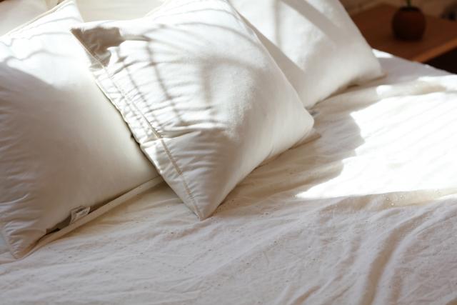 白い枕とベッド