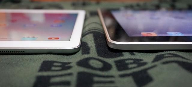 iPad Air(右)と初代iPad(左)。薄さが全然違う!