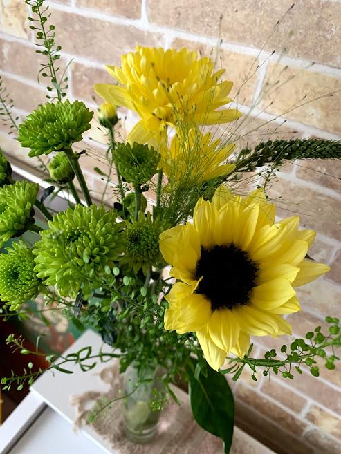 花瓶に黄色と黄緑中心の花束