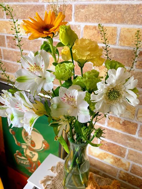 白、黄緑でまとめた花束