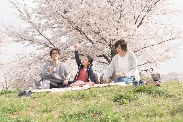 リンコ、マキオ、トモがピクニックしている