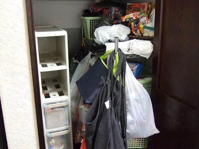 片付け前のごちゃごちゃの収納庫