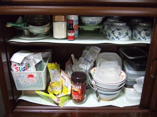 ごちゃついている食器棚