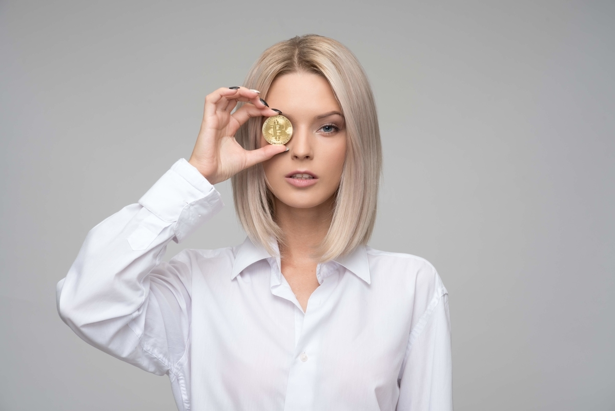 コインを持つ女性