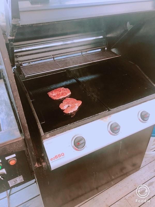 グリルでお肉を焼く