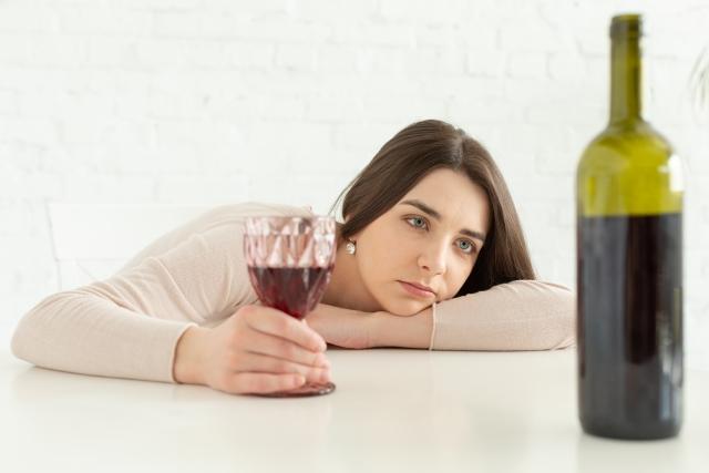ストレスを飲酒(アルコール)で解消している女性
