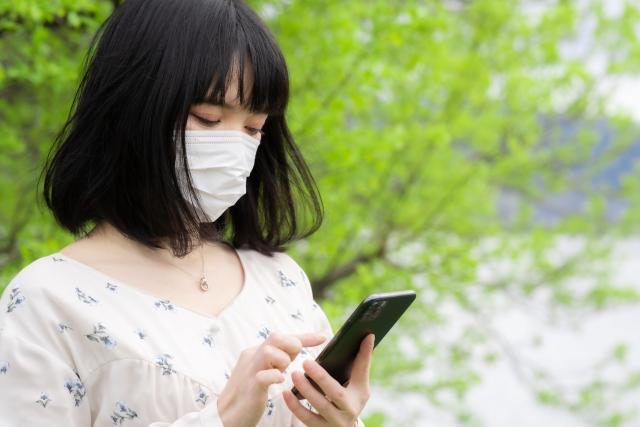 マスクをしながらスマホをいじるとストレスが増大する