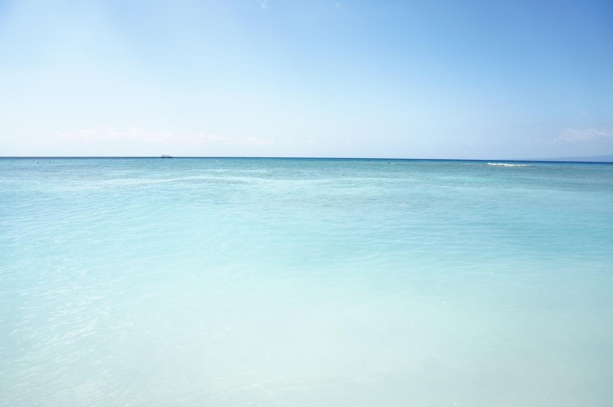 吸い込まれそうになる綺麗な海