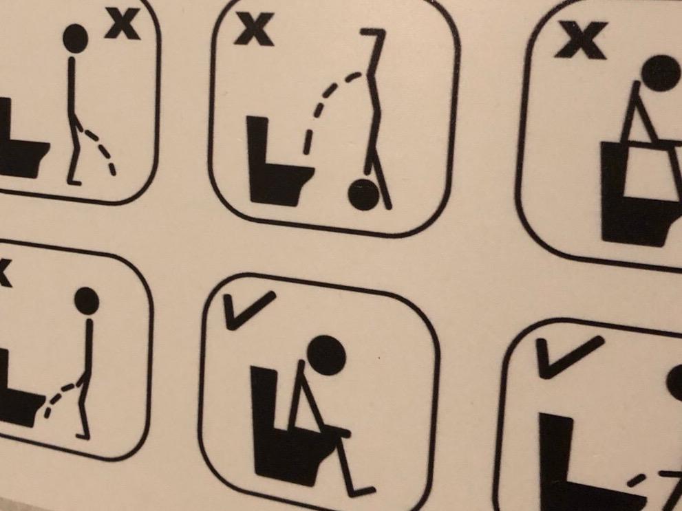 トイレ内にあった注意喚起。洋式の方が難しい?