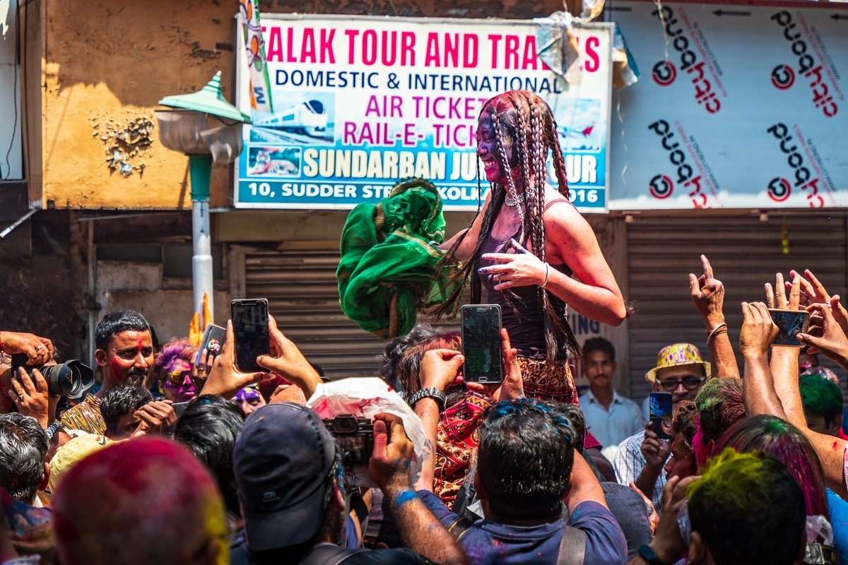 色粉を掛け合うホーリー祭(ヒンドゥー教の祭り)