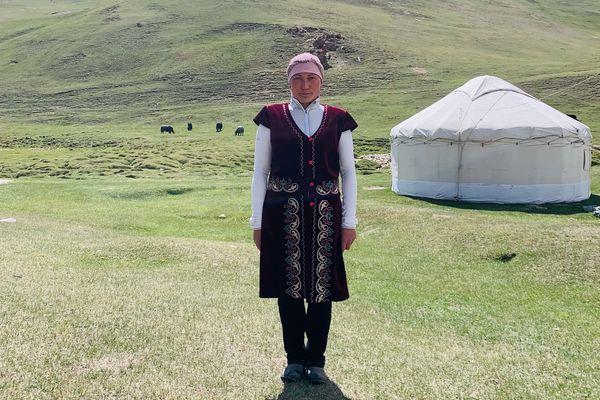 キルギス女性の伝統衣装も観光土産として売っているらしい