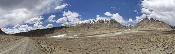 国土のほとんどが山岳地帯。治安は良好です。