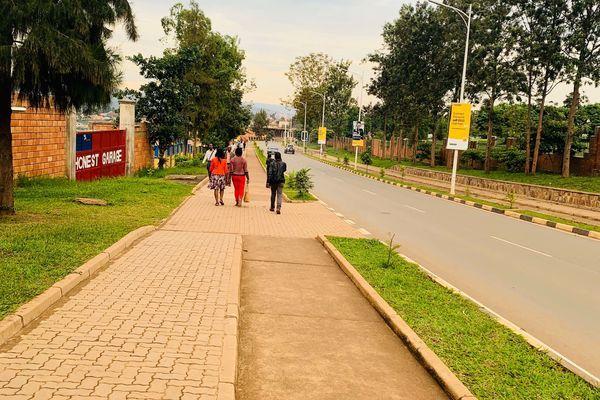内戦を乗り越え経済成長を遂げるルワンダは環境対策に本気。首都キガリの道はゴミが全く落ちていない。