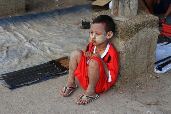 タナカを塗る少年