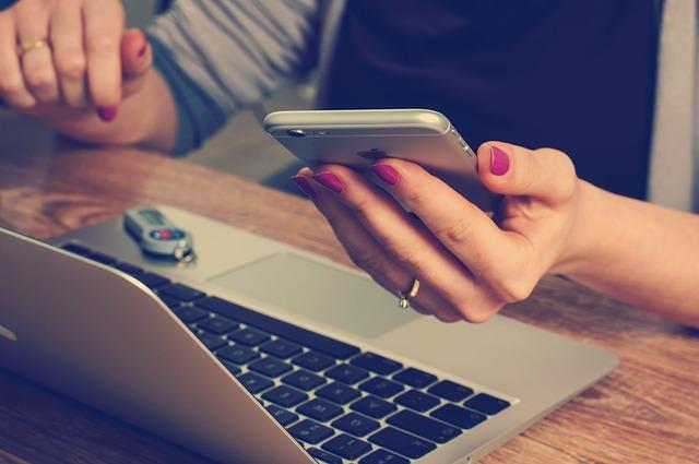 パソコンを操作する女性 画像