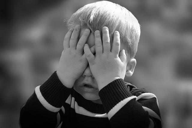 子どもが手で目を覆ってる画像