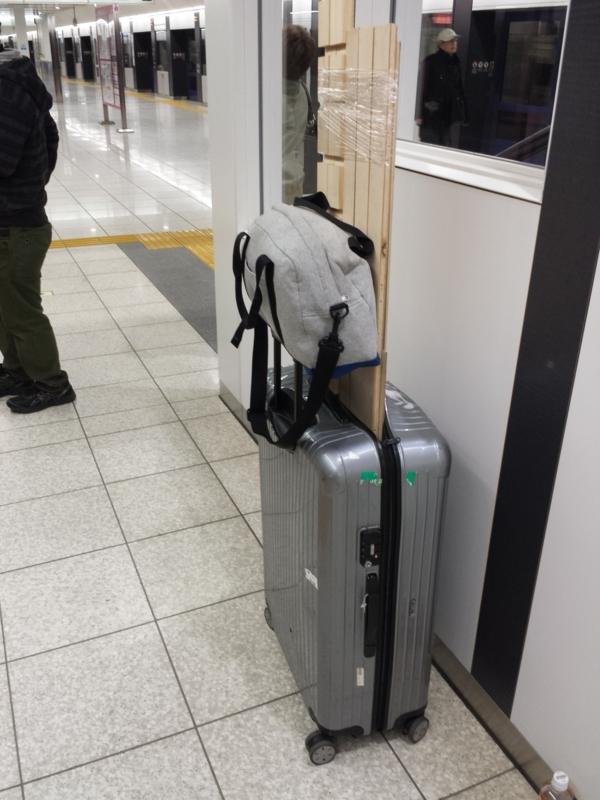 リモワのスーツケースに木材つっこんでの移動風景
