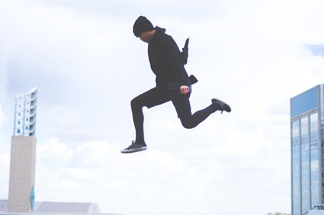 人が軽やかにジャンプしてる画像