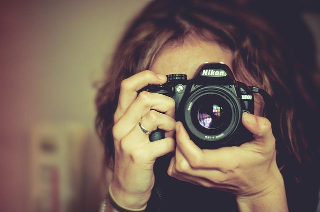 カメラで興味あるものを撮影する画像