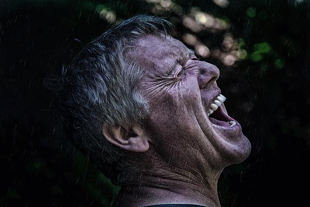 泣き叫ぶ男性の顔