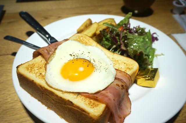 エッグベネディクトのマカロニ ベーコンエッグトースト 写真