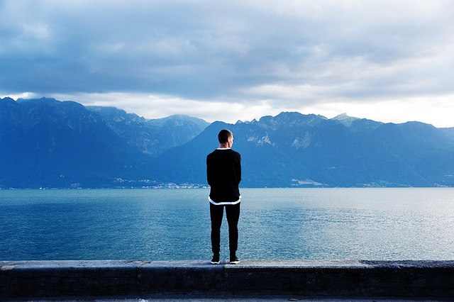 湖のほとりに立つ男性