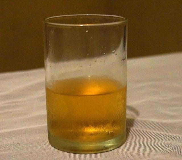 スリランカのココナッツの酒 アラック 水割り